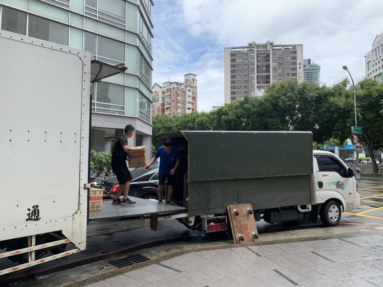 貨車之間的物品搬運-台中搬家