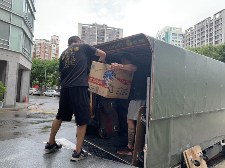 將易受潮物品搬至遮雨貨車-台中搬家