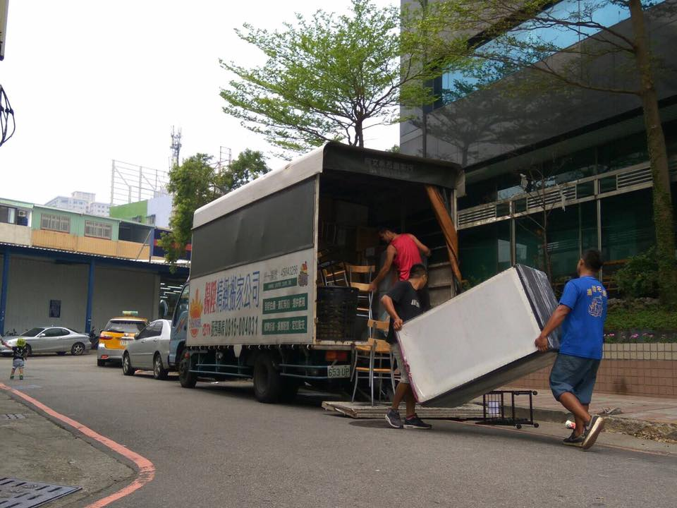 師傅們將大型物品卸貨-台中搬家